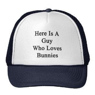 Aquí está un individuo que ama conejitos gorra