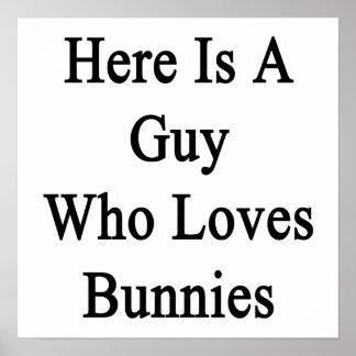 Aquí está un individuo que ama conejitos poster