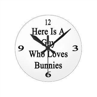 Aquí está un individuo que ama conejitos reloj redondo mediano