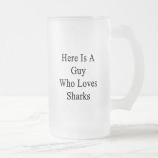 Aquí está un individuo que ama tiburones taza cristal mate