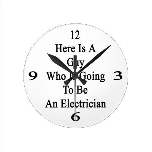 Aquí está un individuo que va a ser electricista reloj redondo mediano