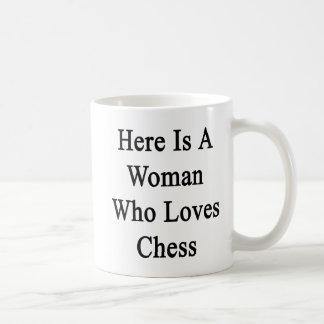 Aquí está una mujer que ama ajedrez taza