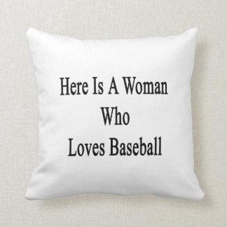 Aquí está una mujer que ama béisbol cojin