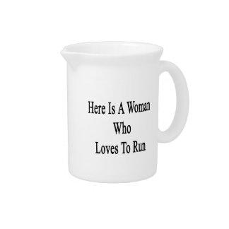 Aquí está una mujer que ama correr jarra