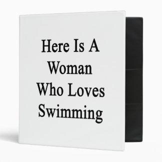 Aquí está una mujer que ama el nadar
