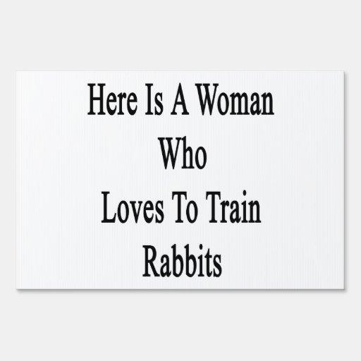 Aquí está una mujer que ama entrenar a conejos