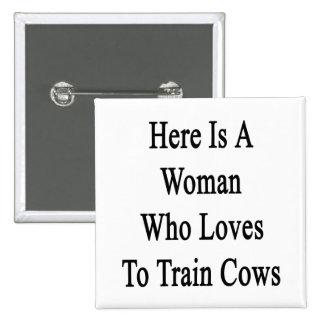 Aquí está una mujer que ama entrenar a vacas pins