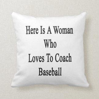 Aquí está una mujer que ama entrenar béisbol almohadas
