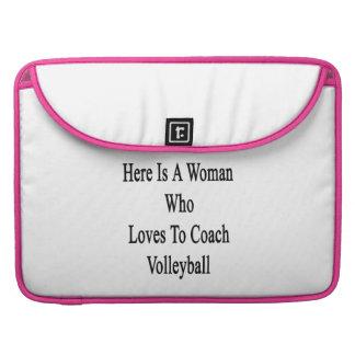 Aquí está una mujer que ama entrenar voleibol funda para macbooks