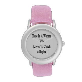 Aquí está una mujer que ama entrenar voleibol reloj de mano