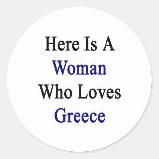 Aquí está una mujer que ama Grecia Pegatina Redonda