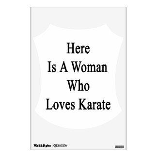 Aquí está una mujer que ama karate
