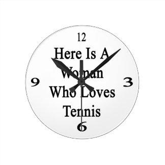 Aquí está una mujer que ama tenis reloj