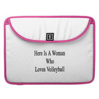 Aquí está una mujer que ama voleibol fundas para macbooks
