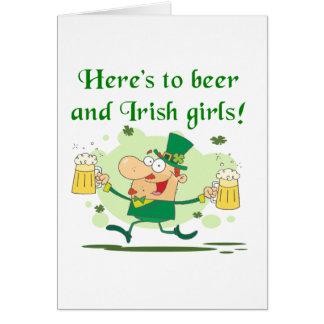 Aquí están a la cerveza y las camisetas y los rega tarjetas