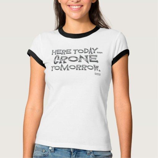 Aquí hoy… vieja arrugada mañana tee shirts