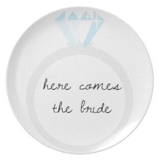 Aquí viene el anillo de diamante de la novia plato