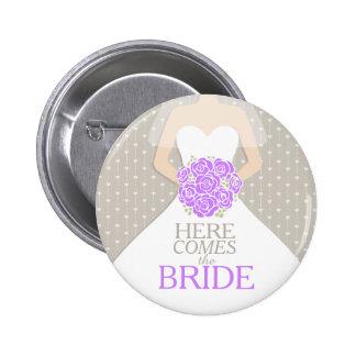 Aquí viene el botón del perno del boda del ensayo