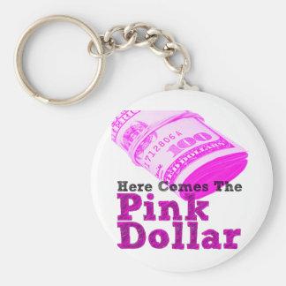 Aquí viene el dólar rosado llavero redondo tipo pin