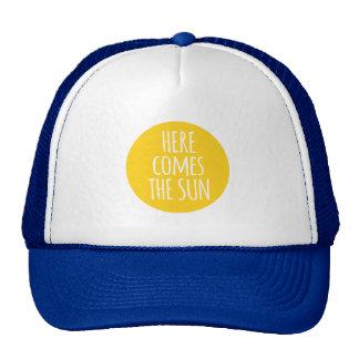 aquí viene el sol, arte de la palabra, diseño de gorra