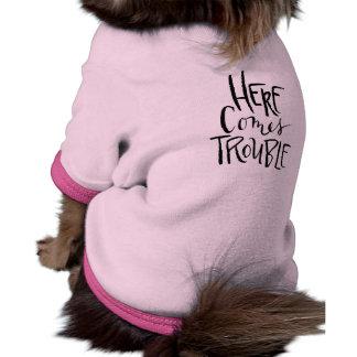 Aquí viene la camisa divertida del perro del camiseta con mangas para perro