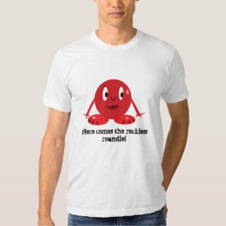Aquí viene la camiseta imprudente del roundie playera