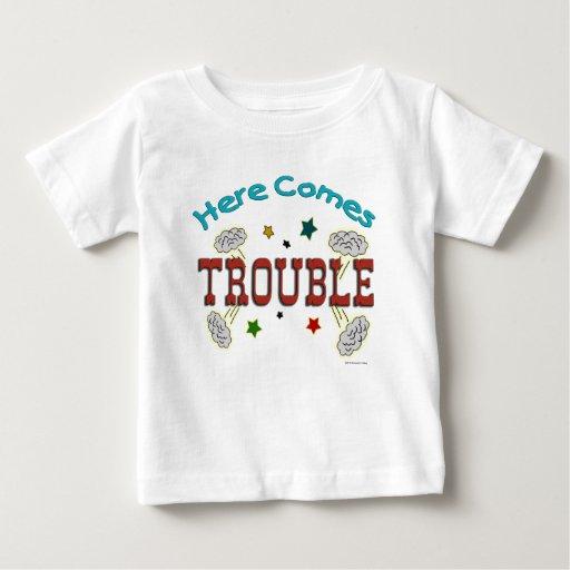 Aquí viene la camiseta infantil del niño del bebé playeras