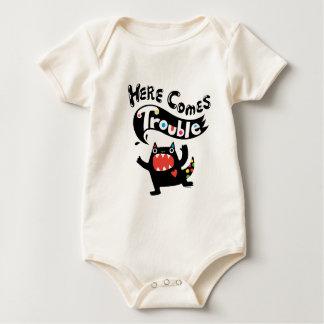 Aquí viene la enredadera del bebé del monstruo del body para bebé