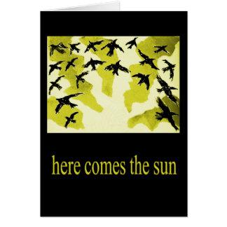 aquí viene la sol-tarjeta tarjeta de felicitación