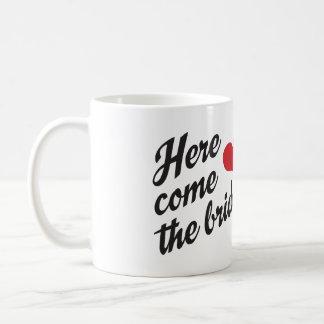 Aquí viene la taza de café de las novias para dos