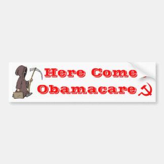Aquí viene Obamacare Pegatina De Parachoque