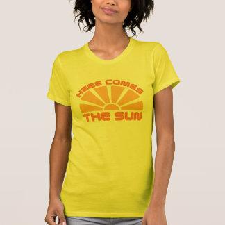 Aquí viene The Sun Camisetas