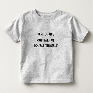 Aquí viene una mitad de la camiseta doble del remeras