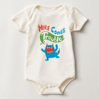 Aquí vienen los colores primarios del bebé del mameluco de bebé