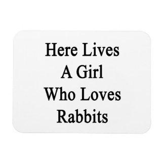 Aquí vive un chica que ama conejos imán flexible