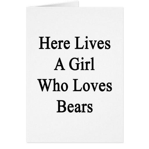 Aquí vive un chica que ama osos tarjeta de felicitación