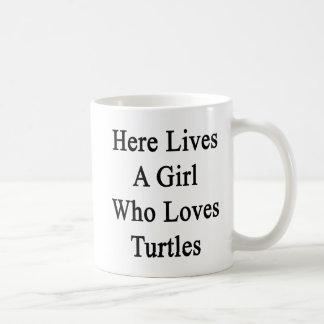 Aquí vive un chica que ama tortugas taza de café