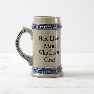 Aquí vive un chica que ama vacas jarra de cerveza