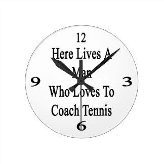 Aquí vive un hombre que ama entrenar tenis