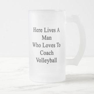 Aquí vive un hombre que ama entrenar voleibol taza cristal mate