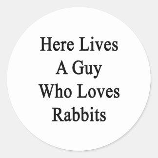 Aquí vive un individuo que ama conejos etiqueta redonda