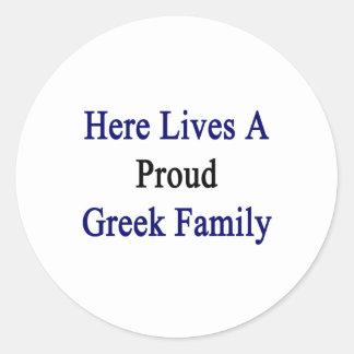 Aquí vive una familia griega orgullosa pegatina redonda