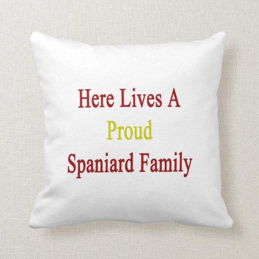 Aquí vive una familia orgullosa del español almohadas