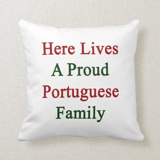 Aquí vive una familia portuguesa orgullosa almohadas