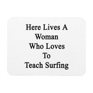 Aquí vive una mujer que ama enseñar a practicar su iman de vinilo