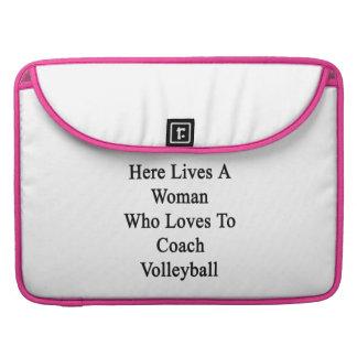 Aquí vive una mujer que ama entrenar voleibol funda macbook pro