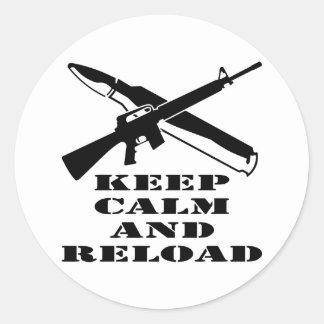 AR-15 M-16 guardan calma y la recargan Pegatina Redonda