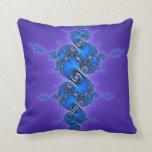 Arabesque azul en la púrpura - fractal brillante d cojin