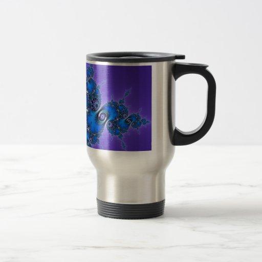 Arabesque azul en la púrpura - fractal brillante d taza de café