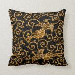 Arabesque de oro de los pájaros que vuela cojin